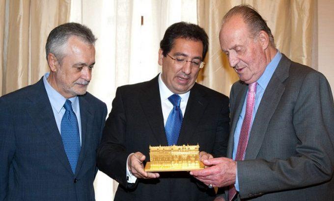 <em>En marzo de 2010 Pulido hace entrega al Rey Juan Carlos en presencia del Presidente de la Junta, Jose A. Griñán, una reproducción del edificio sede de Cajasol.</em>   EFE