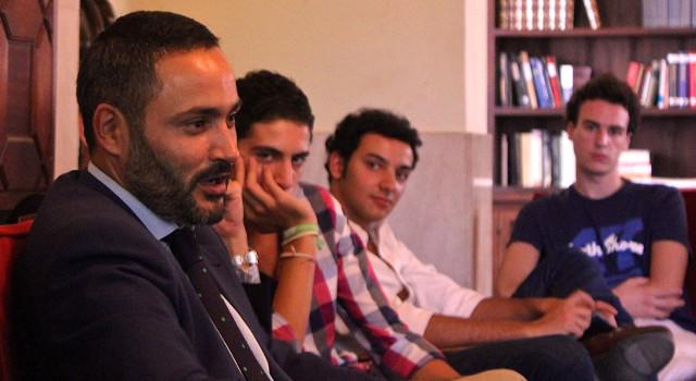 Santiago Martinez Vares, jefe de prensa de Zoido, impartiendo una charla en un colegio Mayor del Opus Dei.